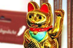 Die Winkekatze hat eigentlich einen chinesischen Ursprung ist in Thailand aber auch überall zu sehen