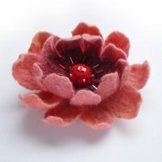 Jolie broche fleur en laine feutrée rose-pêche brodée de perles et sequins pour la fête des mères