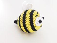 """Alle omkring mig pt. får/skal have børn, så derfor blev jeg lige inspireret af """"blomsterne og bierne"""" – og har derfor hæklet min egen lille Bi Børge.  Den er hæklet med inspiration fra Inaina' bi, og for en gangs skyld har jeg skrevet ned, hvad jeg har lavet, derfor vil jeg gere præsentere min …"""