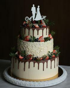 Классическое оформление ягодами и шоколадными подтеками. Узор выполнен кремом по крему. Внутри тоже класика: ванильный бисквит, крем чиз, клубника, киви. Автор Instagram.com/ellina_selezneva