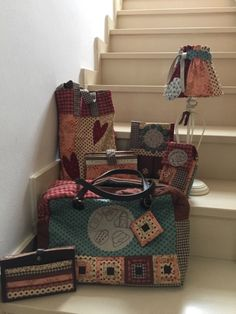 "NOVEDADES SITGES 2017 Empezamos por la joyita de este año... ""Todo lo que puedes hacer con estas telas si las cortas como yo te digo"" Este e... Patchwork Bags, Quilted Bag, Fabric Storage Baskets, Sitges, Vintage Scrapbook, Love Sewing, Handmade Bags, Country Decor, Travel Bag"
