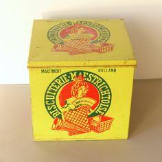 Vintage winkelblik, Biscuiterie Maestrichtoise blik, biscuit wafels uit Maastricht, decoratief met spaanse dame, geel, rood, zwart by PrettyandPreloved on Etsy