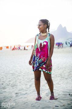 RIOetc | Luiza Brasil, de vestido Adidas, óculos de sol e chinelo nas areias de Ipanema.