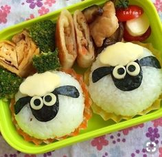 But looks like a bento yummy enough for big kids too! Sushi For Kids, Bento Box Lunch For Kids, Bento Kids, Lunch Box, Bento Recipes, Baby Food Recipes, Cooking Recipes, Toddler Meals, Kids Meals