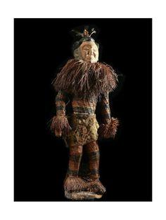 Statue de grande taille, plus de 100 cm représentant un masque danseur, utilisé lors des rites initiatiques de circoncision chez les jeunes garçons. Ces objets ont un corps en bois recouvert d'un vêtement de mailles et de raphia. Un grand soin est apporté au visage, souvent polychrome. Selon l'importance de la statue, des ajouts plus précieux peuvent y être faits.