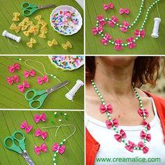 A quelques jours de la fête des mères, voilà une idée cadeau {DIY} pleine d'amour et de tendresse pour réaliser un joli collier pâtes papillons, chic et très tendance. Preschool Arts And Crafts, Craft Activities For Kids, Projects For Kids, Crafts For Kids To Make, Diy And Crafts, Macaroni Necklace, Pasta Crafts, Funky Fingers, Ideias Diy