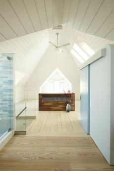 In Cambridge, an attic master suite features a daringly open bathroom. White Bathroom Interior, Modern White Bathroom, Open Bathroom, Attic Bathroom, Dream Bathrooms, Modern Bedroom, Bathroom Vintage, Attic Master Bedroom, Attic Rooms