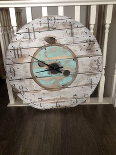 Enrich Your Room with an Oversize Clock Wood Spool Furniture, Diy Furniture, Painted Furniture, Rustic Crafts, Pallet Crafts, Diy Crafts, Wooden Cable Spools, Oversized Clocks, Pallet Clock