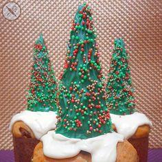 """E como não podia faltar, nosso mini chocottone recheado com brigadeiro e decorado com uma árvore e """"neve"""" de chocolate  Encomendas até 20/12 e para entregas de sábado, frete grátis!  Só entrar em contato através do nosso site www.nuageduchocolat.com, email nuageduchocolat@gmail.com ou Whatsapp 11 964562067."""