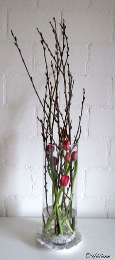 Unusual flower decoration with tulips for a beautiful spring decoration. - Unusual flower decoration with tulips for a beautiful spring decoration. Deco Floral, Arte Floral, Floral Design, Ikebana, Deco Nature, Spring Decoration, Unusual Flowers, Rustic Wedding Centerpieces, Simple Centerpieces