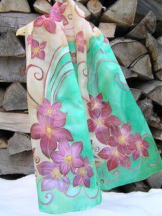 Ručne maľovaný, elegantný hodvábny šál vo farbách: bordová, fialová, ružová, zeleno-tyrkysová, smotanovo-béžová. Šál bol vyrobený na objednávku. Perie sa ručne, vo vlažnej vode a žehlí sa ešte vlhk...
