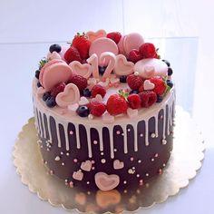 62 Ideas Birthday Cupcakes Cake Valentines Day For 2019 Bolo Drip Cake, Bolo Cake, Drip Cakes, Cupcake Birthday Cake, Cupcake Cakes, Strawberry Birthday Cake, Decoration Patisserie, Valentines Day Cakes, Pretty Cakes
