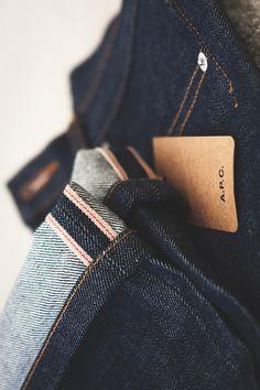 Gros plan sur un jeans selvedge de chez APC Raw Denim, Denim Jeans, Denim Shirts, Hipster Jeans, Estilo Denim, Mode Simple, Clothing Photography, Product Photography, Shoes
