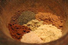 A jó mézeskalács fűszerkeverék éppúgy lehet a titka a tökéletes mézeskalácsnak, mint egy jó mézeskalács recept. Mézeskalács fűszerkeverék 7+1 fűszerből! Food 52, Gingerbread, Spices, Food And Drink, Ice Cream, Herbs, Favorite Recipes, Baking, Minden
