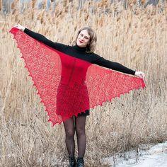 Елена Шамрай в Instagram: «Каждую весну у меня душа требует новую шаль! Красивую, нежную, но яркую! Тестирование #шаль_камбрия от @venerakazan совпало с желаниями…» Knitted Shawls, Crochet Shawl, Wedding Shawl, Knitting, Handmade, Fashion, Knit Shawls, Moda, Hand Made