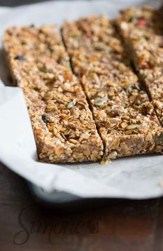 These delicious granola bars are the perfect in between snack. Healthy Bars, Healthy Baking, Healthy Desserts, Vegan Snacks, Snack Recipes, Drink Recipes, I Love Food, Good Food, Yummy Food