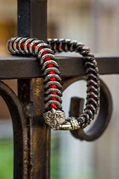 The dramatic black and sterling combination makes this Scott Kay bracelet really stands out. It is a fantastic addition to any collection.