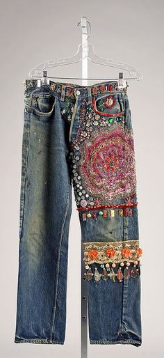 Embroidered Jeans- late - From The Metropolitan Museum of Art. These were typical jeans that women wore in the during the hippie movement. Young people protesting against the establishment adopted blue jeans fas a symbol of solidarity with working people. Hippie Chic, Hippie Style, Bohemian Style, Boho Chic, Shabby Chic, Boho Hose, Jeans Recycling, Diy Fashion, Vintage Fashion