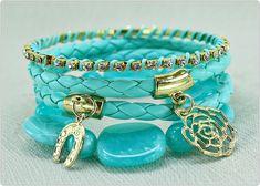 Confeccionado:    Pulseira de couro sintético trançado turquesa, pingentes metalizados  dourados, pulseira strass legítimos transparentes,  pulseira dourada, contas turquesa. R$ 34,90