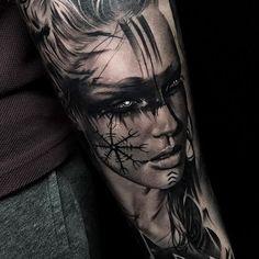Beau tatouage par France / Paris Suivez Cynthia H . Girl Arm Tattoos, Sleeve Tattoos For Women, Tattoo Sleeve Designs, Body Art Tattoos, Cool Tattoos, Viking Tattoo Sleeve, Realistic Tattoo Sleeve, Norse Tattoo, Wolf Tattoo Sleeve