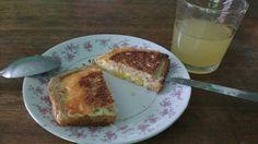 Desayuno, pan con huevo