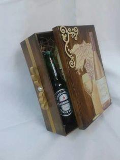 Linda caixa em MDF, masculina porta vinho ou cerveja. Presentei com bom gosto.