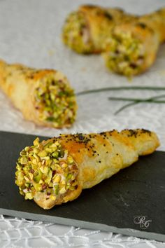 The puff pastry cones with mortadella mousse are ideal as an appetizer or for a buffet. A delicious finger food easy to prepare. Lasciate riposare in frigo almeno un'ora prima di utilizzarla. well known italian dishes Antipasto, Finger Food Appetizers, Appetizer Recipes, Gourmet Appetizers, Pasta Recipes, Cooking Recipes, Brunch, Mousse, Italy Food