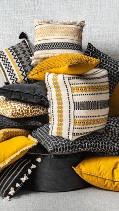 Geel, zwart een crème (off-white) zijn de kleuren voor dit najaar. Wil je geen okergele of zwarte bank kopen, kies dan voor kleinere elementen in deze kleuren. Ga voor een aantal sierkussens in dit kleurschema of kies voor een poef die deze kleuren combineert. Met een aantal elementen tover je je interieur al om en zorg je dat je huis klaar is voor de herfst. Stenciled Pillows, Diy Pillows, Decorative Pillows, Boho Cushions, Outdoor Cushions, Boho Diy, Boho Decor, Cushion Embroidery, Chill Room