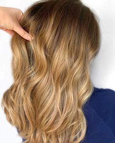 strawberry blonde hair: light & dark highlights and style ideas Blonde Hair Dark Eyes, Blonde Hair Black Girls, Strawberry Blonde Highlights, Blonde Hair With Highlights, Balayage Ombré, Balayage Hair Blonde, Ombre Rose Gold, Long Bob Hairstyles, Bleached Hair