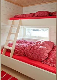 Smarte soverom: Gjestesoverommene er bare akkurat så store som de må være for å gi plass til en dobbeltseng på 140 cm med én køye over.