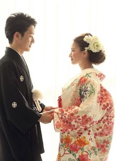 Kimonos are now worn for special events such as weddings, funerals, tea ceremonies, and other things like that. Romantic Wedding Colors, Wedding Couple Photos, Kimono Japan, Wedding Kimono, Traditional Kimono, Japanese Wedding, Japanese Hairstyle, Traditional Wedding Dresses, Japanese Outfits