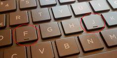 ¿PORQUÉ LAS LETRAS (F) Y (J) TIENEN UNA MARCA?La definición literal sería como un index, una especie de índice donde encontrar la fila central, y más concretamente para saber dónde situar los dedos índice de cada mano. Esto va orientado, por supuesto, a aquellos que escriben sin mirar el teclado, con todos los dedos. #Curiosidades