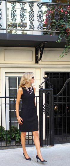 collier de perles blanches sur petite robe noire mini sans manches pour l'été