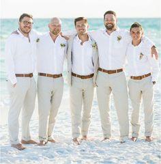 Look de noivo e padrinhos para um casamento na praia.