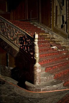 Loew's Kings Theatre - abandoned cinema in Brooklyn--lovely stairs. Almost looks like the staircase Scarlett O'Hara walked down Old Abandoned Buildings, Abandoned Property, Abandoned Mansions, Old Buildings, Abandoned Places, Abandoned Castles, Stairway To Heaven, Architecture Old, Haunted Places