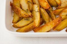 Batata assada  4 batatas   4 ramos de alecrim   2 colheres (sopa) de azeite   sal grosso e pimenta-do-reino a gosto