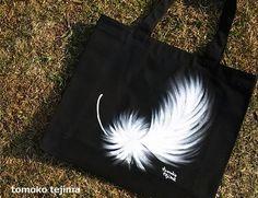 羽根が舞うバック布用の絵の具で手描きで直接バックに絵を描きました。黒いキャンバス地のトートバックに、表、裏で違う絵柄の羽をデザインしています。気分に合わせてお... ハンドメイド、手作り、手仕事品の通販・販売・購入ならCreema。