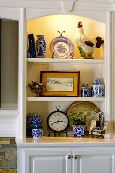 Classic Home Decor Themes That Are Always In Style Decorating Bookshelves, Bookshelf Design, Classic Home Decor, Classic House, Traditional Decor, Traditional House, Home Decor Styles, Home Decor Accessories, Mantel Styling