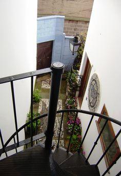 Clásicos de Arquitectura: La Sebastiana de Pablo Neruda Pablo Neruda, Spiral Staircases, Ladder Decor, Stairs, Design, Home Decor, Poet, Sun, Bicycle Kick