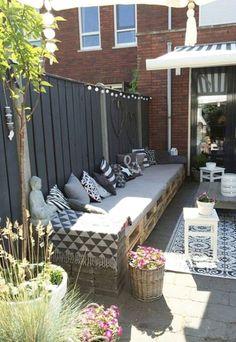 Modern Garden Fence Design For Summer Ideas 21 - Balkongarten Backyard Seating, Garden Seating, Backyard Patio, Backyard Landscaping, Wood Patio, Diy Patio, Modern Garden Design, Backyard Garden Design, Fence Garden