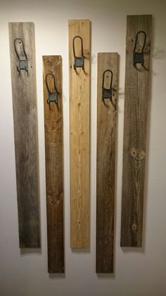 diy garderobe aus rustikalem holz bretter mit haken. Black Bedroom Furniture Sets. Home Design Ideas