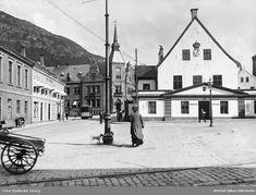 Fra Bergen Ca.1910 - Rådstuplassen med det gamle rådhus, posthus, og Hotel Continental  Foto: Georg Kjellerød/Østfold fylkes billedarkiv.