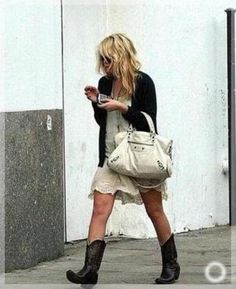 Throwback of Ashley Olsen in a boho cowgirl look. Cowgirl Look, Black Cowgirl, Cowboy Boots, Casual Winter Outfits, Boho Outfits, Fashion Outfits, Legging Outfits, Ashley Olsen, Kate Olsen