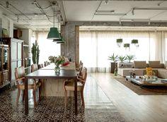 Para proporcionar à filha a experiência de liberdade e respeito, os moradores deste apartamento de 210 m² abriram mão de praticamente todas as portas e paredes. Projeto do Estúdio Vitor Penha.