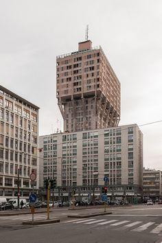 Milano, piazza Velasca, Torre Velasca (BBPR- Lodovico Barbiano di Belgiojoso, Enrico Peressutti ed Ernesto Nathan Rogers, 1951-58)