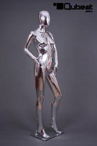 Weibliche chromfarbene Schaufensterpuppe faceless