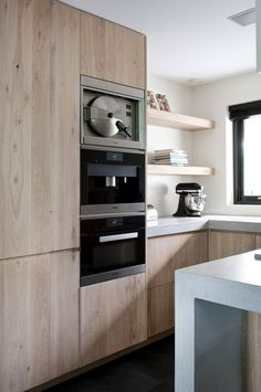 Strakke houten keuken Modern Kitchen Cabinets, Kitchen Cabinet Design, Modern Kitchen Design, Interior Design Kitchen, Kitchen Furniture, Kitchen Decor, Small U Shaped Kitchens, Micro Kitchen, Cool Kitchen Gadgets