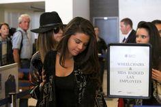 Selena hoy en LAX, aeropuerto de Los Angeles junto a Ashley Cook y Courtney.