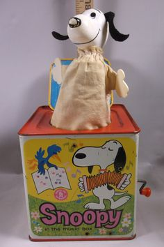 VINTAGE JACK IN THE BOX SNOOPY IN THE MUSIC BOX MATTEL 1966 IN VERY NICE CONDITION WORKS PLAYS SONG AND SNOOPY POPS UP.