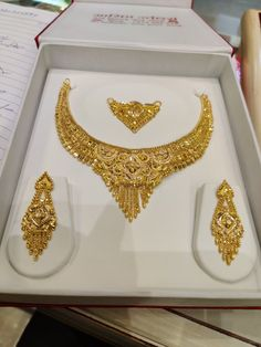 Jewelry Design Earrings, Gold Earrings Designs, Gold Jewellery Design, Antique Jewellery Designs, Bridal Bangles, Gold Jewelry Simple, Womens Jewelry Rings, Gold Necklaces, Gold Set